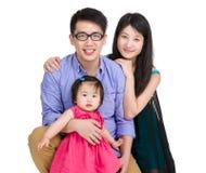 Азиатская семья с дочерью матери, отца и младенца стоковое фото rf