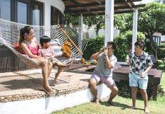 Азиатская семья тратя время совместно стоковое фото rf