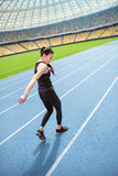 Азиатская спортсменка sprinting на идущем стадионе следа Стоковые Фотографии RF