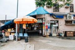Азиатская старая улица рынка в деревне рыб Sok Kwu острова Lamma болезненной в Гонконге Стоковое Изображение
