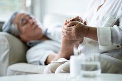 Азиатская старшая женщина держа руки ее супруг стоковые изображения rf