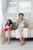 Азиатская старшая женщина есть попкорн Стоковые Фотографии RF