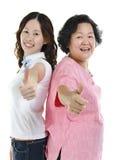 Азиатская старшая дочь матери и взрослого thumbs вверх стоковое изображение rf