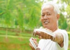 Азиатская старшая разминка Стоковое фото RF