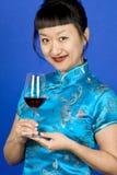 азиатская стеклянная женщина красного вина стоковое фото