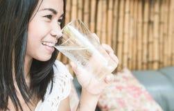 азиатская стеклянная женщина воды удерживания Стоковое Изображение RF