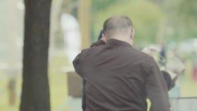 Азиатская стойка фаст-фуда cusine на парке города, большом испаряясь вке металла видеоматериал
