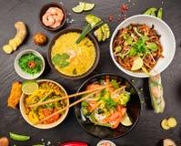 Азиатская таблица еды с различным видом китайской еды Стоковое Изображение RF