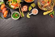 Азиатская таблица еды с различным видом китайской еды Стоковые Изображения RF