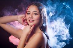 Азиатская темн-с волосами женщина стоковая фотография