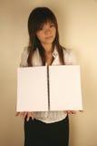 азиатская тетрадь удерживания девушки Стоковое Фото