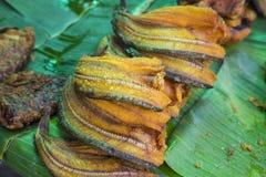 Азиатская традиционная пряная высушенная еда рыб на зеленых лист банана еда тайская Стоковая Фотография RF