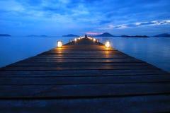 Азиатская туристская прогулка женщин на деревянном мосте Стоковые Изображения
