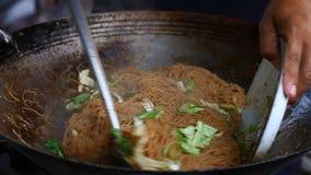азиатская улица еды Лапши жареных рисов традиционные и популярное блюдо в Азии видеоматериал