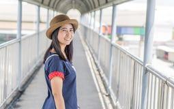 Азиатская улыбка девушки на мосте Стоковая Фотография