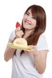 Азиатская улыбка девушки с тортом крена клубники Стоковые Изображения RF