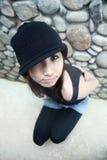 азиатская холодная девушка смотря вверх Стоковые Изображения