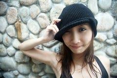 азиатская холодная девушка смотря телезрителя Стоковые Изображения RF