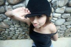 азиатская холодная девушка смотря телезрителя Стоковая Фотография RF