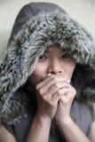 азиатская холодная девушка ощупывания Стоковые Изображения RF