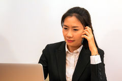 Азиатские данные по звонка и проверки женщины от компьтер-книжки Стоковое Фото