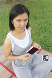 Азиатские беременные женщины показывают что изображение младенца фильма ультразвук на ей Стоковое фото RF