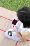 Азиатские беременные женщины показывают что изображение младенца фильма ультразвук на ей Стоковые Фотографии RF