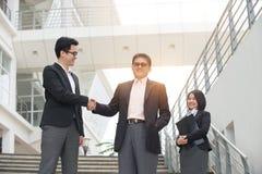 Азиатские бизнесмены внешние Стоковые Изображения RF