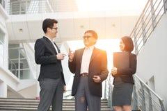Азиатские бизнесмены внешние Стоковая Фотография RF