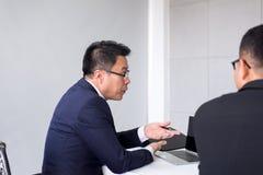 Азиатские бизнесмены во встрече комнаты, группе команды обсуждая совместно в конференции на офисе стоковое изображение rf