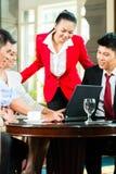 Азиатские бизнесмены встречая в лобби гостиницы Стоковое Изображение RF