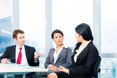 Азиатские бизнесмены в встрече команды офиса Стоковое Фото