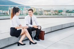 Азиатские бизнесмены говоря вне офиса после работы Стоковые Изображения RF