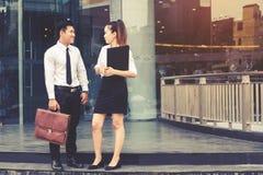 Азиатские бизнесмены идя и говоря вне офиса Стоковое Изображение