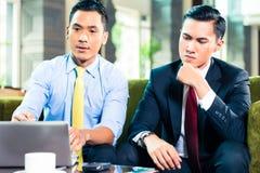 Азиатские бизнесмены имея встречу Стоковая Фотография RF