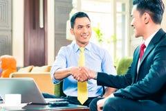 Азиатские бизнесмены имея встречу Стоковое Фото