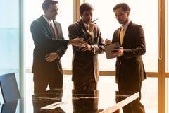 Азиатские бизнесмены имея переговор в конференц-зале Стоковое Изображение