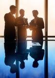 Азиатские бизнесмены имея переговор в конференц-зале Стоковая Фотография RF