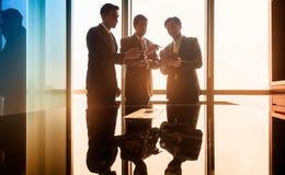 Азиатские бизнесмены имея переговор в конференц-зале Стоковое Изображение RF