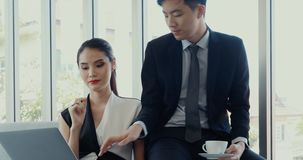 Азиатские бизнесмены используя ноутбук в офисе сток-видео