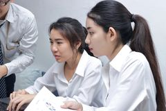 Азиатские бизнесмены при компьтер-книжка работая совместно в современном офисе Селективный фокус и малая глубина поля стоковое изображение