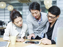 Азиатские бизнесмены работая совместно в офисе Стоковые Изображения RF