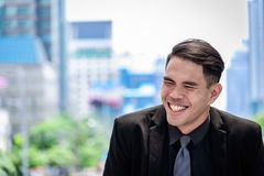 Азиатские бизнесмен имеют смеяться над и счастливое стоковая фотография rf
