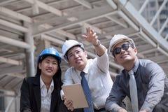 Азиатские бизнесмен и женщина обсуждают с prof архитектора инженера Стоковое Изображение