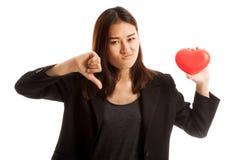 Азиатские большие пальцы руки бизнес-леди вниз с красным сердцем Стоковые Фотографии RF