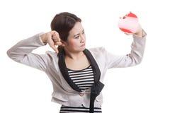Азиатские большие пальцы руки бизнес-леди вниз с красным сердцем Стоковая Фотография RF