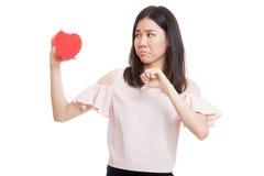 Азиатские большие пальцы руки бизнес-леди вниз с красным сердцем Стоковые Фото