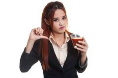 Азиатские большие пальцы руки женщины вниз ненавидят сок томата Стоковое Изображение RF