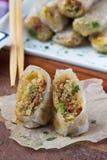 Азиатские блинчики с начинкой заполненные с квиноа, овощи, хрустящая корочка Стоковое Изображение RF