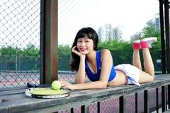 Азиатские девушки играя теннис Стоковые Изображения